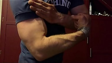 BROLIC BICEPS FLEXING
