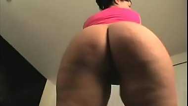 Hot girl shake her ass